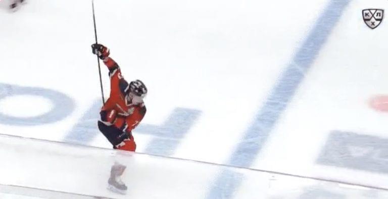 Video: KHL:n pudotuspeleissä nähtiin hurja tykitys – voittomaali syntyi omalta siniviivalta