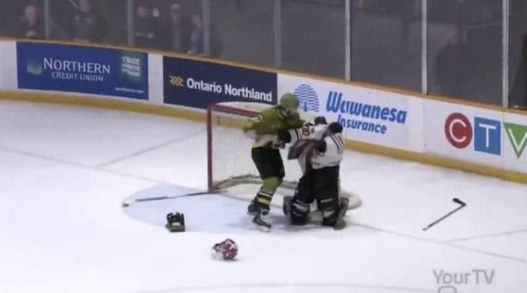 Video: Kanadan juniorisarja OHL:ssä hurja joukkotappelu – pelaaja takoi nyrkeillä maalivahtia