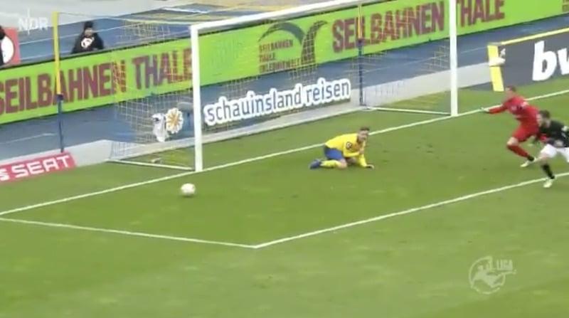 Video: Saksalaispelaajalla synkkä iltapuhde – mokasi tyhjästä maalista ja torjui perään joukkuekaverin laukauksen