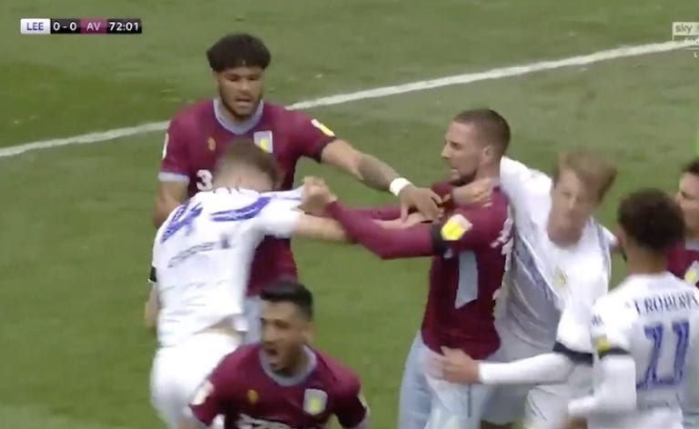 Video: Leeds huijasi todella epäurheilijamaisesti – päävalmentaja Marcelo Bielsa pakotti pelaajat päästämään maalin