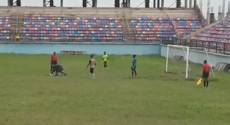 Video: Nigerian cupissa täysin absurdi tilanne – katsoja tallusteli kentälle, varasti pallon ja ottelu jouduttiin keskeyttämään, koska varapalloa ei ollut