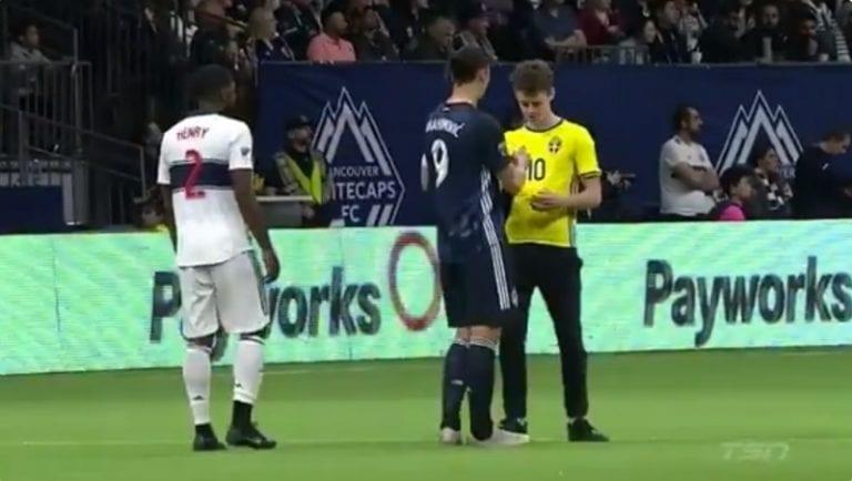 Video: Zlatan ei hermoillut – signeerasi kentälletunkeutujan paidan ennen järjestysmiesten tuloa