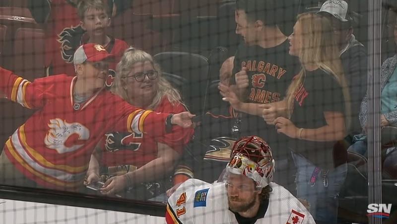 Video: Nuori fani osoitti mahtavaa pelisilmää NHL-matsissa - nainen puhkesi kyyneliin saatuaan tältä kiekon