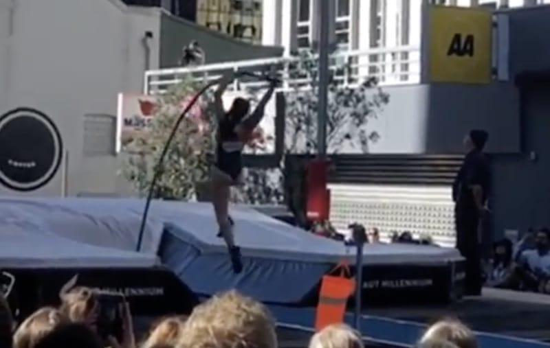Video: Seiväshyppääjä joutui karmivaan tilanteeseen – seiväs katkesi kesken hypyn