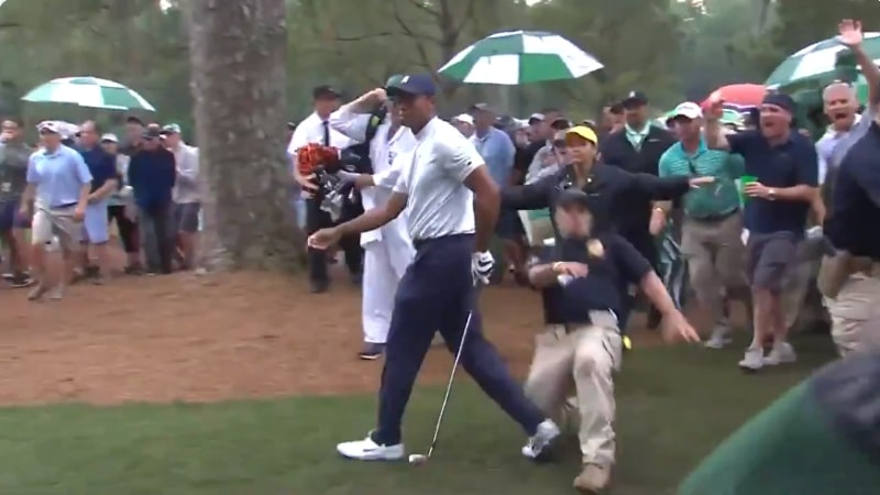 Video: Turvamies liukutaklasi Tiger Woodsin The Mastersissa