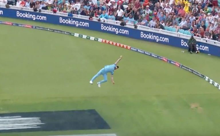 """Video: Kriketin MM-kisoissa nähtiin täysin uskomaton koppi – """"Et voi tehdä tuota"""""""