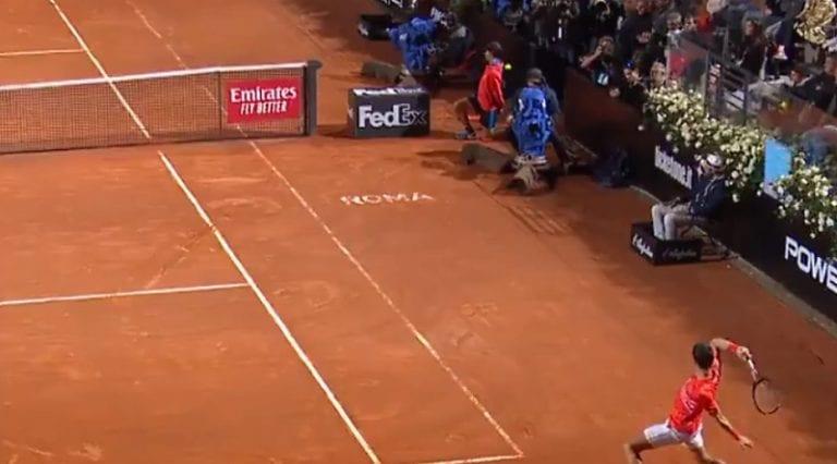 Video: Novak Djokovic tykitti kämmenlyönnin suoraan pallopoikaa päähän