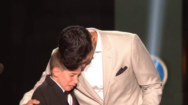 Video: NHL-palkintogaalassa liikuttava hetki - Carey Price yllätti äitinsä menettäneen pojan
