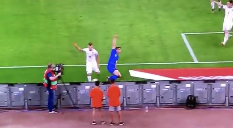 Video: Italian Nicola Barella latasi pallon suoraan pallopoikaa päähän