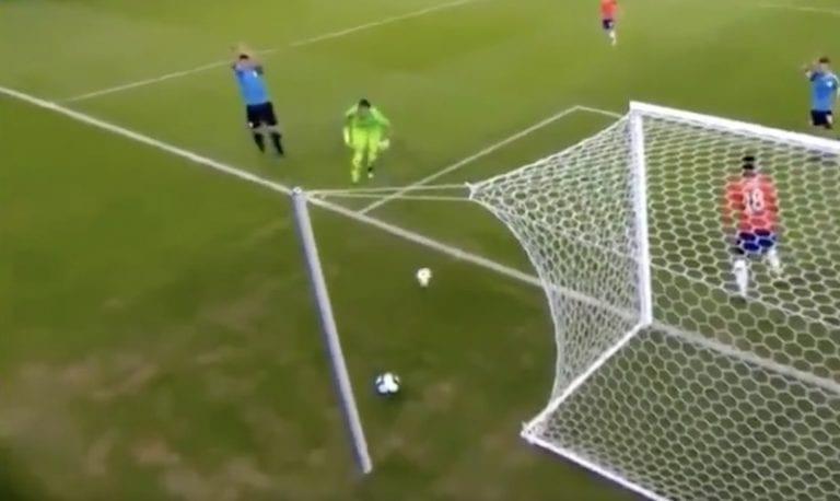 """Video: Luis Suarezilta koominen yritys – viittoi rankkaria maalivahdin """"käsivirheestä"""""""