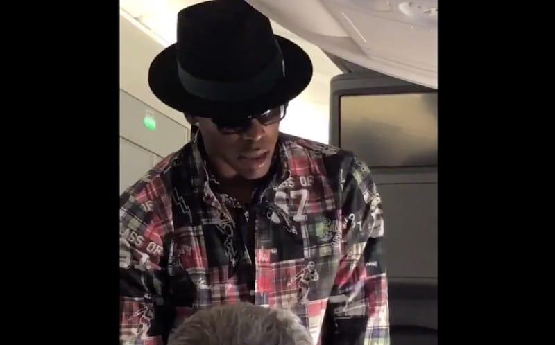 Video: NFL-tähti yritti ostaa kanssamatkustajan paikan lentokoneessa – mies kieltäytyi kovasta tarjouksesta tyynesti