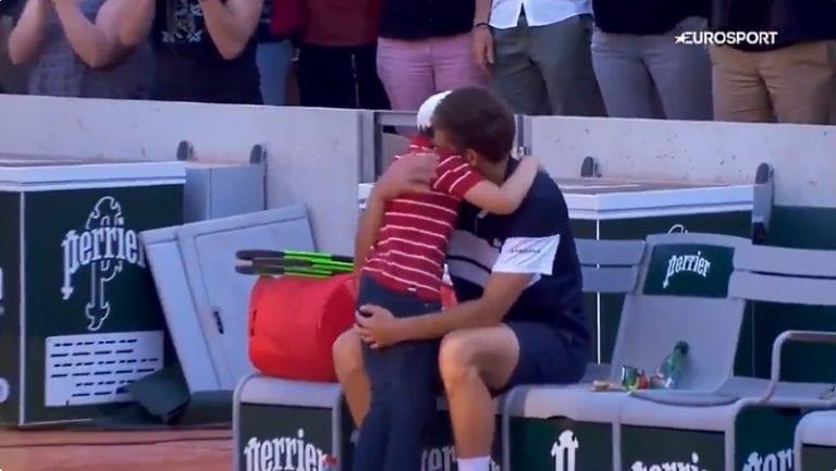 Video: Ranskan avoimissa liikuttava hetki – Nicolas Mahutin poika juoksi kentälle lohduttamaan isäänsä