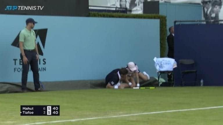 Video: Nicolas Mahut liukutaklasi pallotytön Lontoon ATP-kisassa