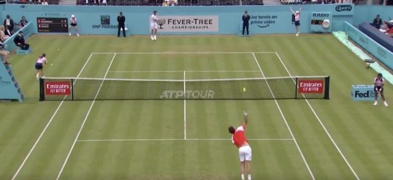 Video: Ranskalaiselta tennispelaajalta järjetön temppu– pallotyttö sai pallosta päähän