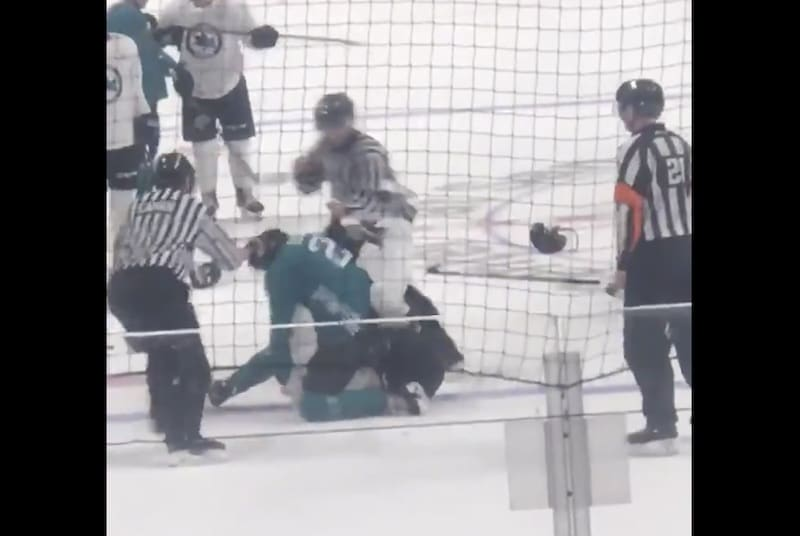 Video: San Jose Sharksin nuorten pelaajien NHL-leirillä nähtiin hurja tappelu – pelaaja sai nyrkistä vielä jään pinnassakin