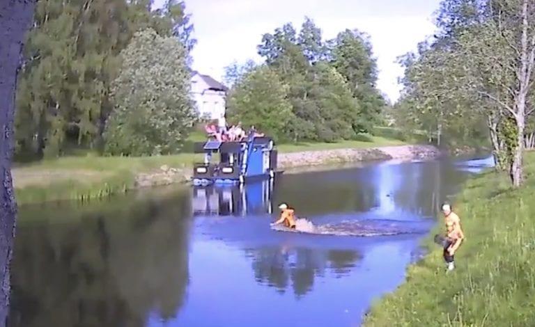 Video: Superpesiksessä nähtiin huikea suoritus – pelaaja ui pallon joesta ja poltti vastustajan