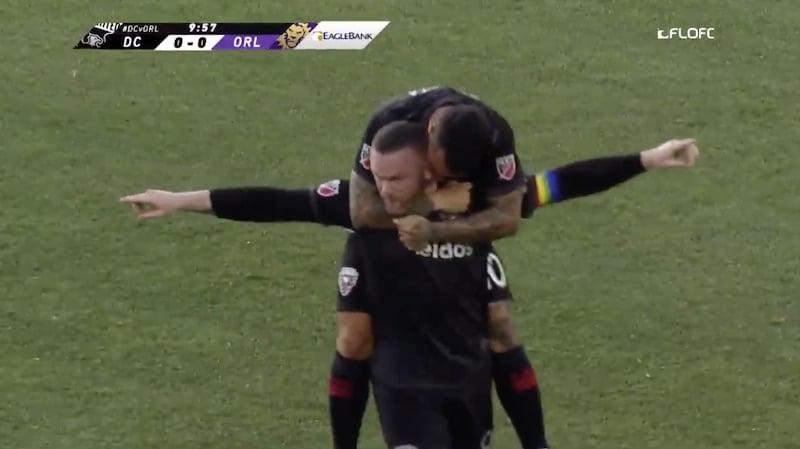 Video: Wayne Rooney kiskaisi uskomattoman maalin puolen kentän takaa