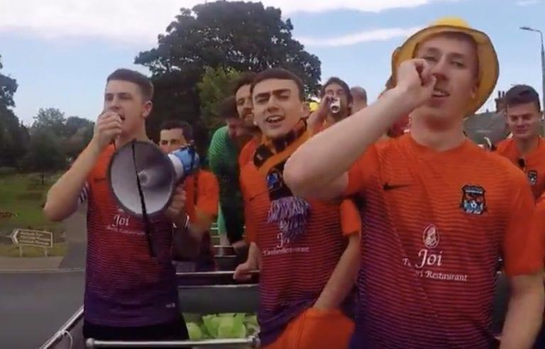 Video: Englannin sunnuntailiigan mestari järjesti oman mestaruusparaatin – yksi ihminen tuuletti kadulla
