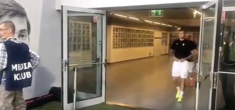 Video: Legia toivotti KuPSin tervetulleeksi koomisella tavalla – Muumit kajahti kaiuttimista ruotsiksi
