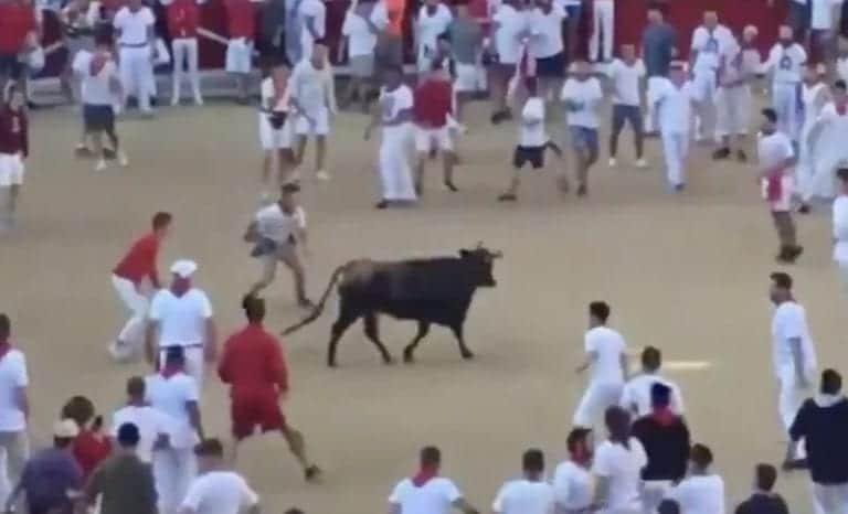 Video: NFL-pelaaja kyseenalaisissa puuhissa – osallistui Pamplonan härkäjuoksuun