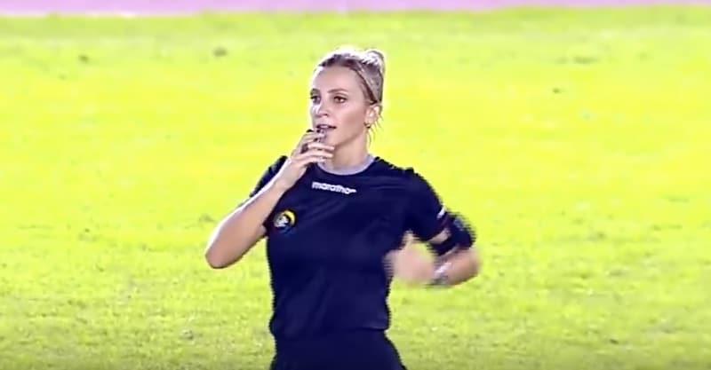 Video: Naistuomari huijasi huvittavalla tavalla pelaajaa – näytti nostavansa kortin, mutta pyyhkikin hikeä