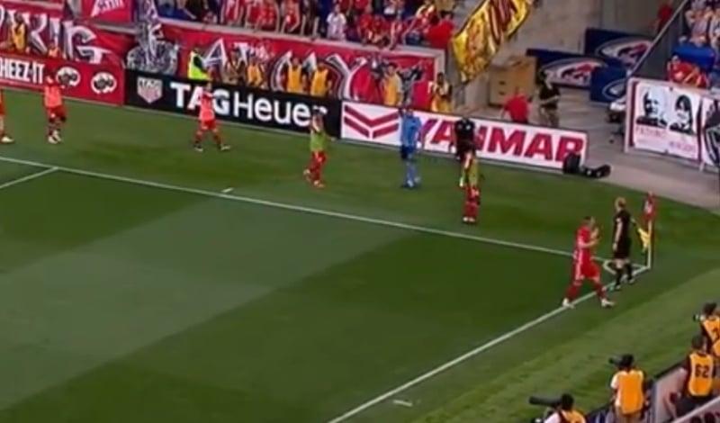 Video: MLS:ssä nähtiin todella erikoinen osuma – pelaajat aivan hiilenä tuomarille