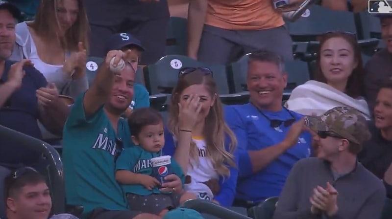 Video: MLB-fani nappasi huikean yhden käden kopin lapsi sylissään