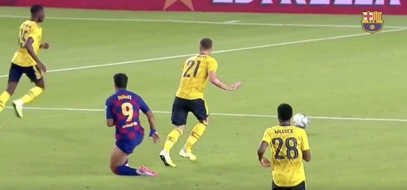 Video: Arsenal-peluri syötti koomisen oman maalin Barcelonaa vastaan