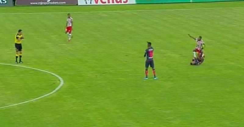 Video: Ecuadorin liigassa raju tuomio – suora punainen kortti ilman kontaktia