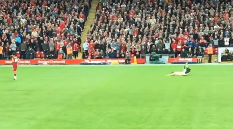 """Video: Tätä et nähnyt tv:ssä – Liverpool-Norwich ottelun viuhahtaja teki """"nurmienkelin"""""""