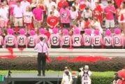 Video: Georgian fanit pukeutuivat pinkkiin tukeakseen vaimonsa menettänyttä vastustajan valmentajaa