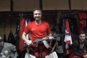 Video: VHL:n Izhstal Izhevsk antoi ottelun parhaalle pelaajalle palkinnoksi AK-47:n