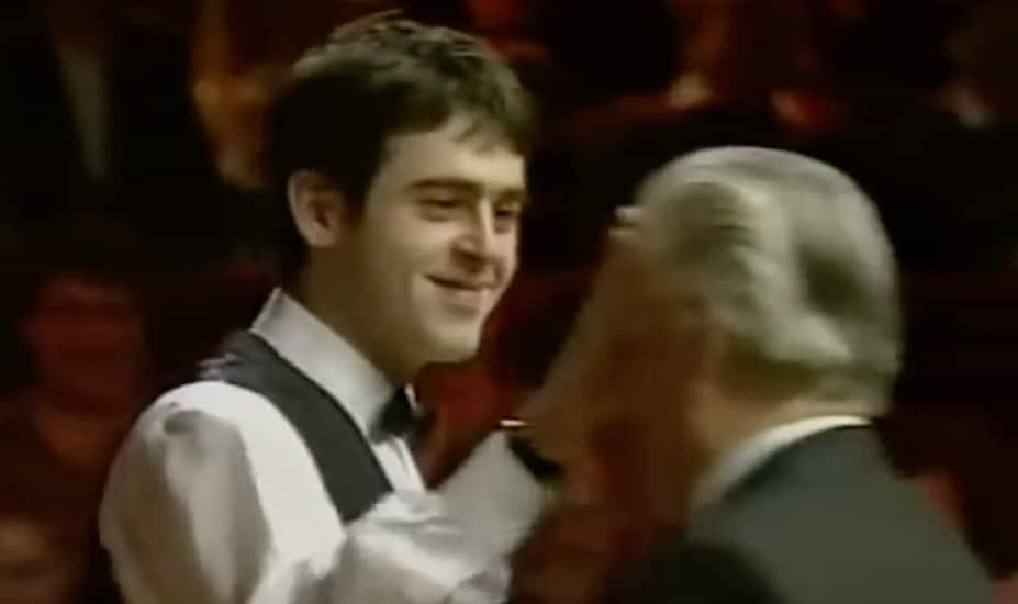 Klassikkovideo: Viuhahtaja iskee – Ronnie O'Sullivan peittää tuomarin silmät