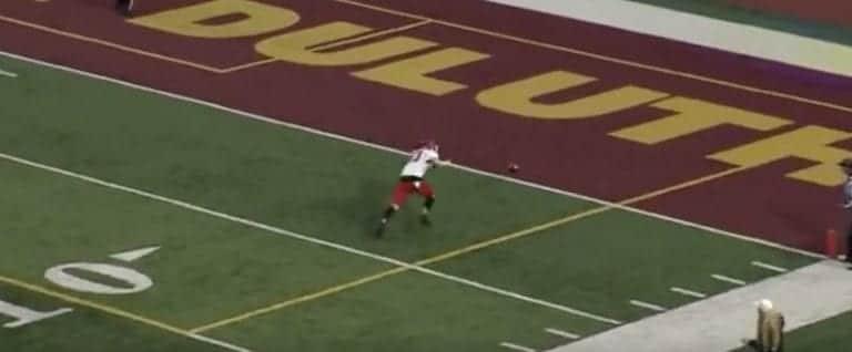 Video: Yliopistopelaaja oli möhliä urakalla – kämmi vaihtui uskomattomaan 104 jaardin touchdowniin
