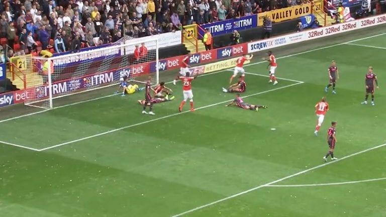 Video: Leedsin Francisco Casilla mokasi kalliisti – nyrkkeili voittomaaliin oman pakin kautta sisään