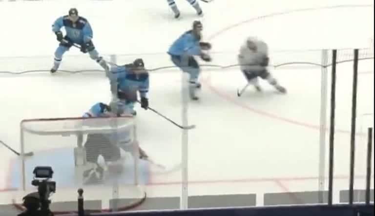 """Video: Harri Säteri joutui """"kenttämestarin erikoisen"""" yllättämäksi KHL:ssä"""