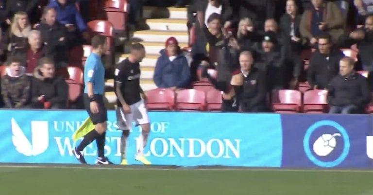 Video: Bristol City -puolustaja hermostui tönäisystä – lennätti vastustajan mainosaidan yli
