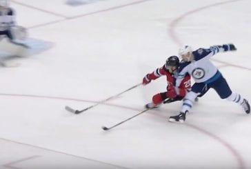 Video: Devils-hyökkääjä laukoi uskomattoman maalin yhdellä kädellä – Jets nousi jäätävään voittoon