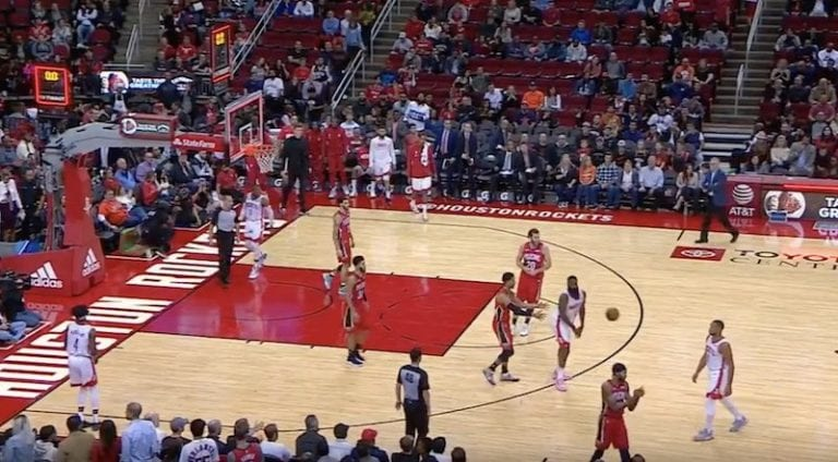 Video: NBA-tähti James Harden heitti itseään pallolla päähän – vastustaja ei ollut uskoa silmiään