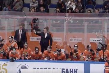 Video: KHL-valmentajalla keitti yli – huusi tuomarille räväkän palautteen:
