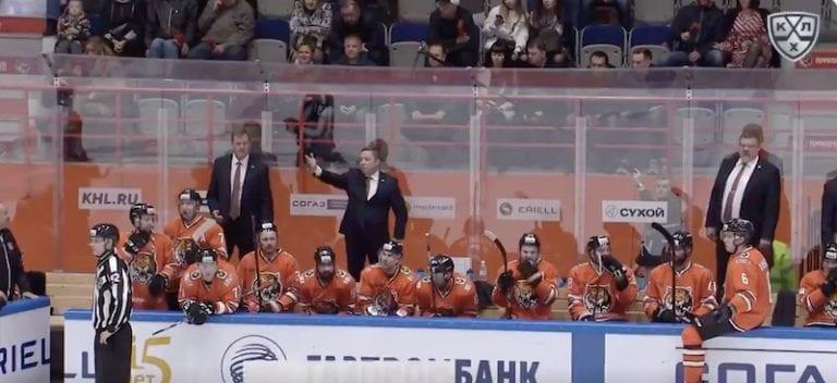 """Video: KHL-valmentajalla keitti yli – huusi tuomarille räväkän palautteen: """"Poltan autosi!"""""""