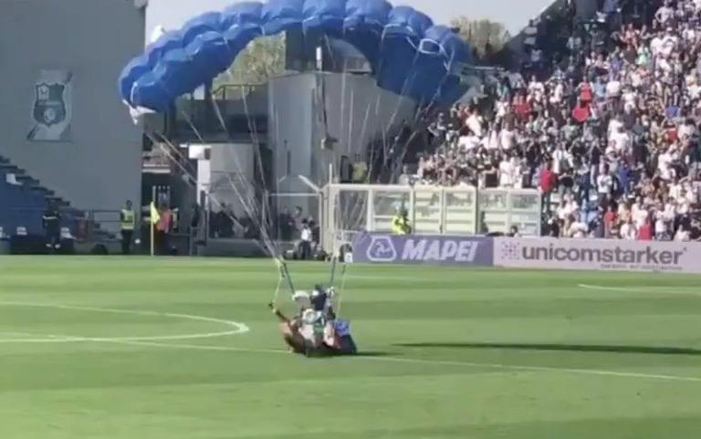Video: Serie A:ssa nähtiin koominen välikohtaus – mies laskeutui kentälle laskuvarjon kanssa juuri ennen Interin rankkaria