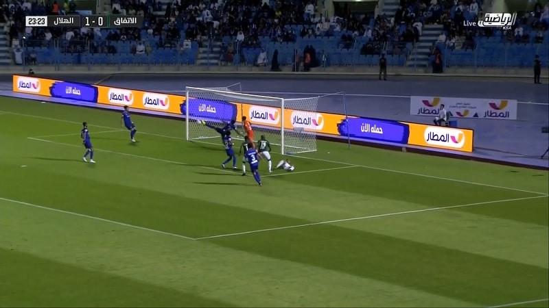 Video: Saudi-Arabian liigassa nähtiin akrobaattinen maaliviivapelastus