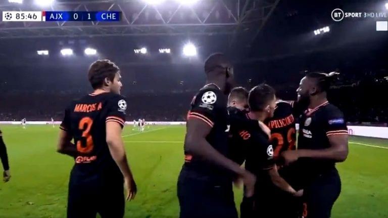 Video: Jorginho juhli maalia hämmentävästi – tarttui Michy Batshuayita haaroista