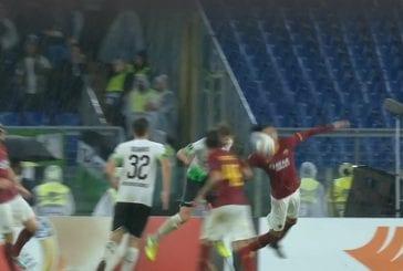 Video: Paha tuomarivirhe Eurooppa-liigassa - Chris Smalling sai pallon päähänsä, tuomari vihelsi käsivirheen