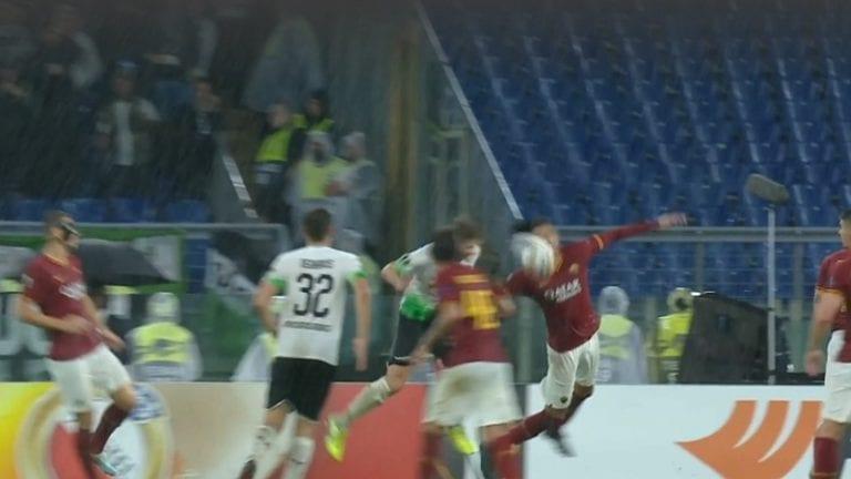 Video: Paha tuomarivirhe Eurooppa-liigassa – Chris Smalling sai pallon päähänsä, tuomari vihelsi käsivirheen