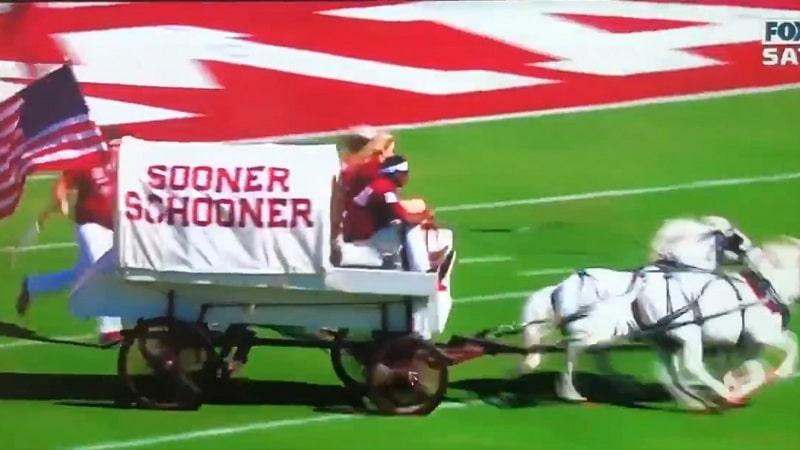 """Video: Hurja kommellus NCAA-pelissä – Oklahoman """"pinnavankkuri"""" kippasi nurin"""