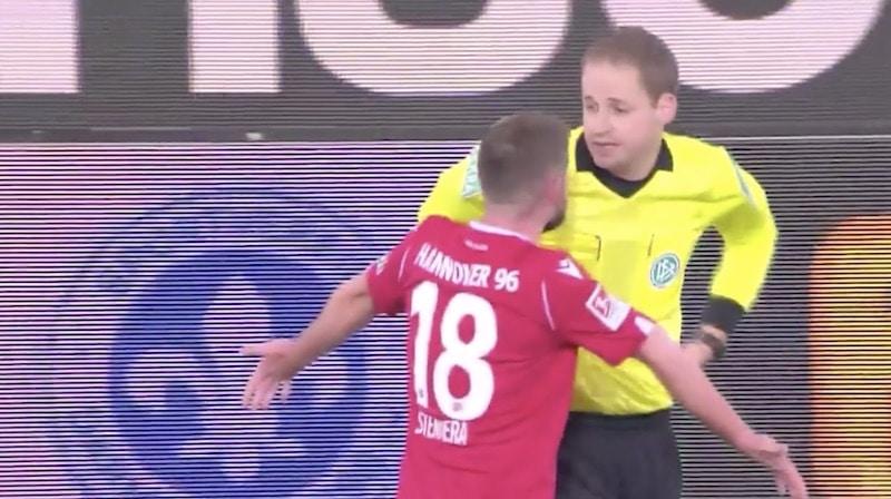 Video: Käsittämätön episodi – pallo osui tuomaria takapuoleen, VAR hylkäsi 2. Bundesliigassa syntyneen unelmamaalin