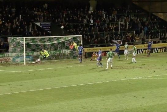 Video: FA Cupissa nähtiin yksi historian pahimmista hassauksista – Yeovil-pelaaja potkaisi pallon maaliviivalta yli