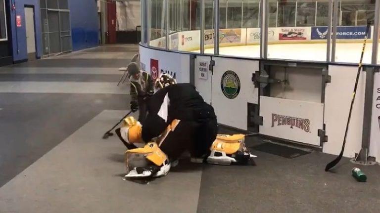 Video: Emil Larmi antoi fanille unohtumattoman hetken – pysähtyi pelaamaan tossulätkää ennen jäälle menoa